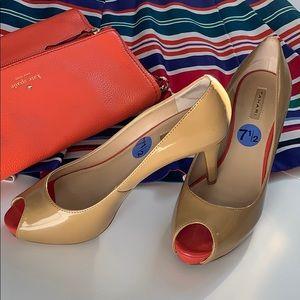 Tahari nude shiny leather pumps Size 7,5 US